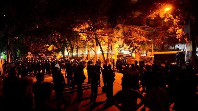 Des militaires devant le restaurant où une vingtaine de personnes ont été prises en otage à Dacca, au Bangladesh.