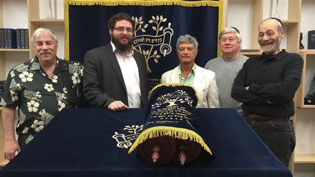 Des membres de la communauté juive dans la  synagogue Chabad de L'Île-des-Soeurs, Montréal.