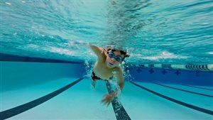 Un jeune en train de nager