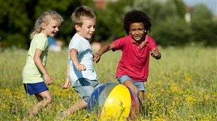 Des enfants jouant à l'extérieur