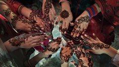 Passer l'été à faire des tatouages au henné
