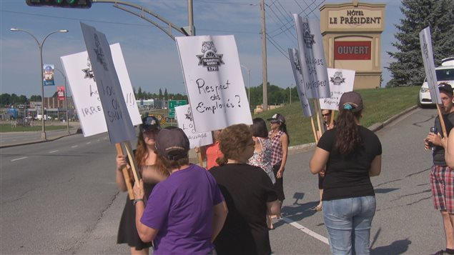 Les employés en lock-out ont manifesté mardi matin devant l'hôtel Le Président.