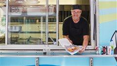 Mario Burke tient à servir tous les clients de son camion-restaurant.