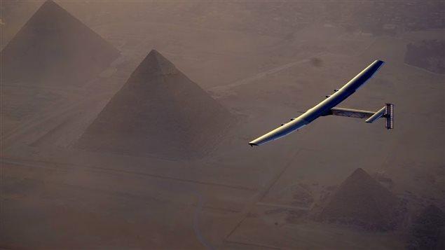 L'avion solaire Solar Impulse II survole les pyramides de Gizeh, en Égypte, le 13 juillet 2016.