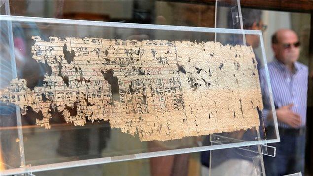 Le plus vieux papyrus découvert exposé au musée du Caire.