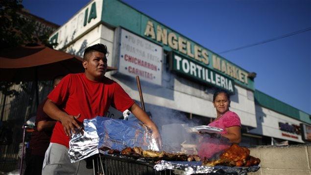 Un homme vend des repas à Los Angeles. Près de la moitié de la population de cette ville est originaire d'Amérique latine.