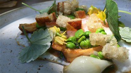 Œufs pochés, épinards et crevettes sauce crémeuse à l'ail