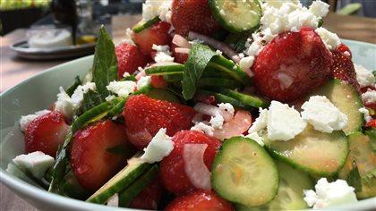Salade grecque aux fraises