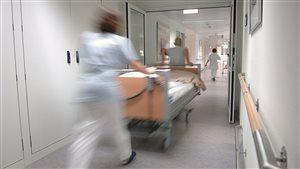 Transport d'un lit dans un hôpital