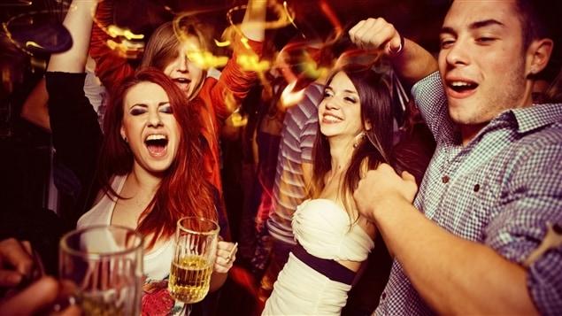 Des jeunes qui ont du plaisir dans un bar.