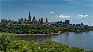 Le Parlement d'Ottawa et la rivière des Outaouais à ses pieds.