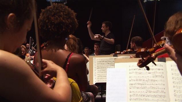 Les musiciens de l'Orchestre de la Francophonie en répétition sous la direction de Jean-Philippe Tremblay