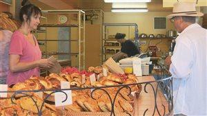 La boulangerie offre de nombreux produits artisanaux.