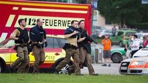 Arrivée des policiers au centre commercial de Munich où un homme a ouvert le feu sur des passants.