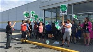 Les 60 employés du Maxi de Lac-Mégantic sont en grève.
