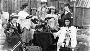 Femmes buvant de l'alcool à Dawson City