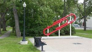 Le géant trombone rouge de 15 pieds au centre-ville de Kipling, Saskatchewan.