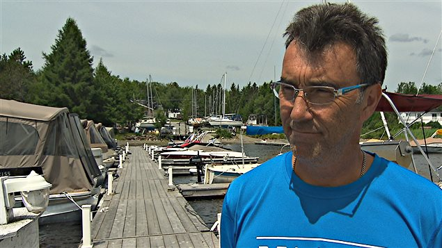 André Bédard, propriétaire de la Marina Camping, Le Grand Bleu de St-Joseph-de-Coleraine, sur le quai entouré de bateaux