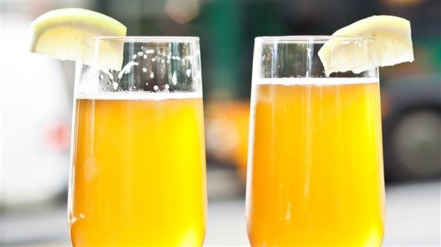La bière sure et fruitée est désaltérante.