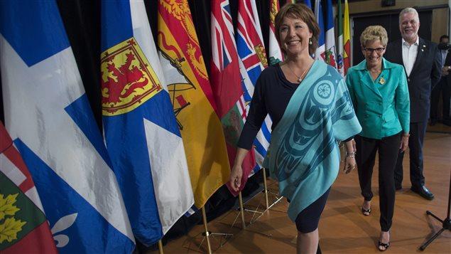 Christy Clark, Kathleen Wynne et Philippe Couillard, premiers ministres de la Colombie-Britannique, de l'Ontario et du Québec, à l'issue d'une conférence de presse au Conseil de la fédération au Yukon