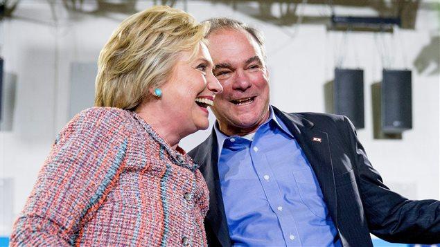 La candidate présidentielle démocrate Hillary Clinton et le sénateur Tim Kaine, de la Virginie, participent à un rassemblement au Northern Virginia Community College, à Annandale, en Virginie, le 14 juillet 2016.