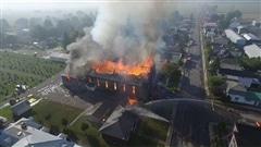 L'église de St-Isidore détruite par les flammes