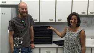 Anthony Machum (gauche) et Carrie Regenstreif (droite) de Fruit For All et leur déshydrateur alimentaire industriel.