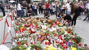 Les gens se sont rassemblés sur les lieux de la fusillade.