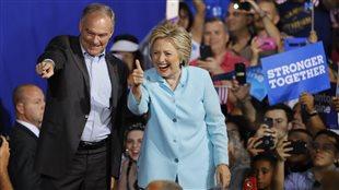 La candidate à la présidence Hillary Clinton et son colistier, Tim Kaine, devant leurs partisans à Miami, en Floride.