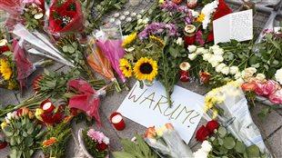 «Pourquoi?» demandent les Allemands au mémorial sur les lieux de la fusillade à Munich.