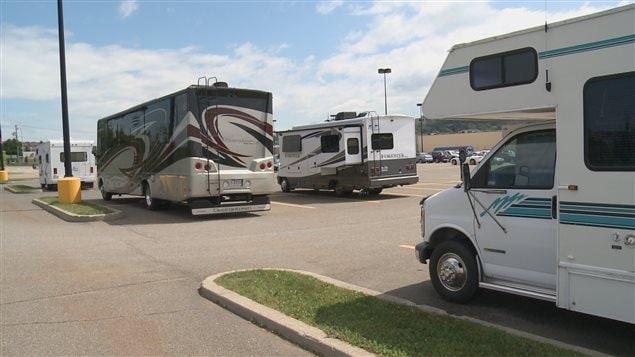 Des véhicules motorisés campent dans le stationnement du magasin Walmart, à Rivière-du-Loup.