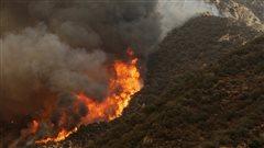 Des milliers de maisons menacées par des incendies de forêt en Californie