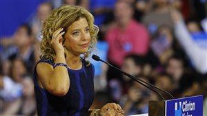 L'ancienne présidente du Comité  national démocrate, Debbie Wasserman Schultz, s'adresse à des partisans avant l'arrivée d'Hillary Clinton et de son colistier Tim Kaine le 23 juillet à Miami.