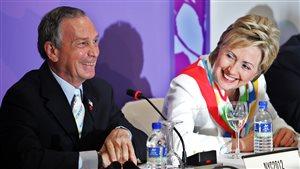 L'homme d'affaires Michael Bloomberg, alors maire de New York, participe à la 117e Session du CIO à Singapour en 2005 avec Hillary Clinton, alors sénatrice de New York.