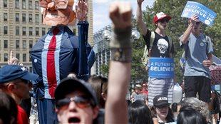 Des partisans de Bernie Sanders manifestent au centre-ville de Philadelphie le 24 juillet 2016, à la veille de la convention nationale démocrate.