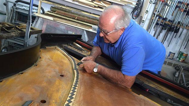Claude Després, technicien en piano de TR, a tout un défi : restaurer le piano du compositeur Pierre Brabant.