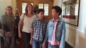 À droite, la jeune fille transgenre Tru Wilson, 13 ans, avec son frère et sa famille à l'Assemblée législative à Victoria.