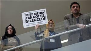 Une journaliste du quotidien Zaman après un raid gouvernemental contre l'entreprise de presse, accusée de supporter le prédicateur en exil Fethullah Gülen, en décembre 2014.