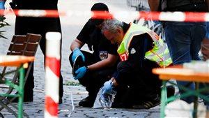 Des enquêteurs sur les lieux de l'attentat suicide perpétré dimanche soir, à l'entrée d'un festival de musique à Ansbach, en Allemagne.