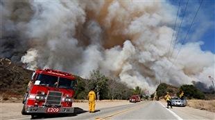 Un incendie progresse rapidement au nord de Los Angeles