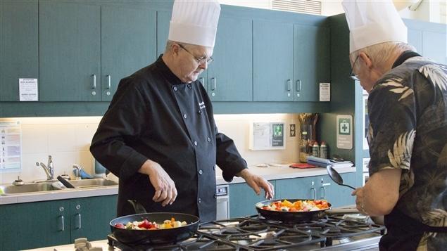 Un atelier de cuisine pour les maris de femmes atteintes de la maladie d'Alzheimer.