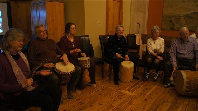 Une séance de percussions entre des résidents de Harbourside.