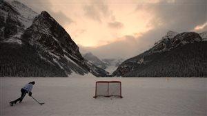 Un joueur de hockey en Alberta.