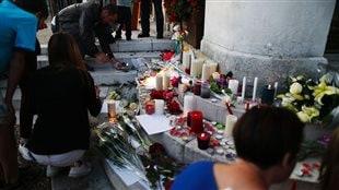 Fleures, bougies et messages de sympathies devant l'hôtel de ville de Saint-Étienne-du-Rouvray