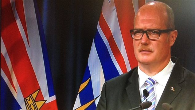 Le ministre des Finances Mike de Jong lors d'une conférence de presse mardi à Vancouver.