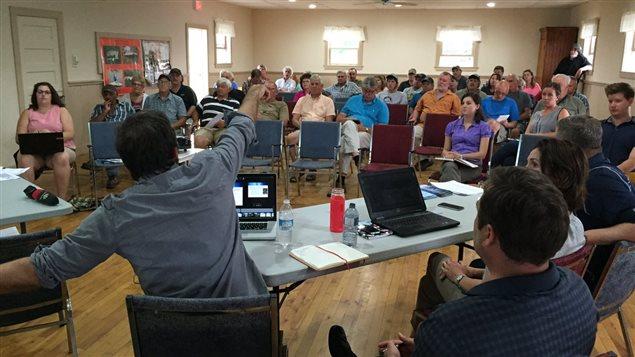 Une rencontre de pêcheurs et de responsables d'un projet d'énergie marémotrice dans la baie de Fundy