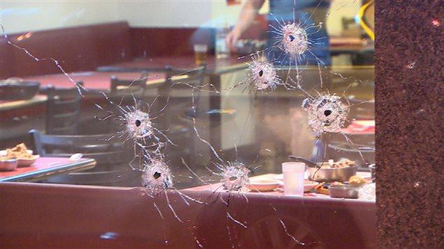 La vitrine criblée de balles du restaurant