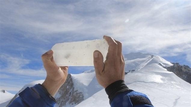 Carotte de glace prise au col du Dôme dans le massif du Mont-Blanc
