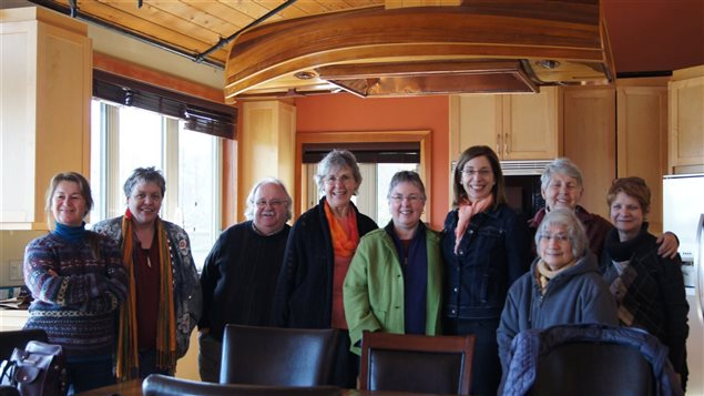 Un groupe de Saanich, une petite ville au nord de Victoria, visite la maison commune, en compagnie de Margaret Critchlow (4e à partir de la gauche) et Natalie Abran (complètement à droite).
