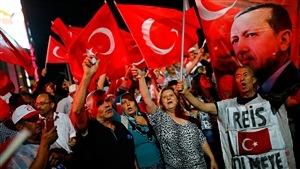 Des manifestants sortent dans les rues d'Ankara, soir après soir depuis le putsch manqué, pour donner leur appui au président Recep Tayyip Erdogan.